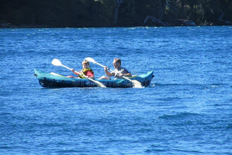Kayaking dans un lac photo stock