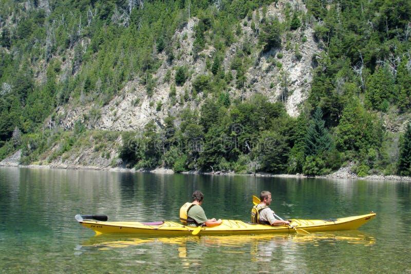 Kayaking dans un lac photographie stock libre de droits