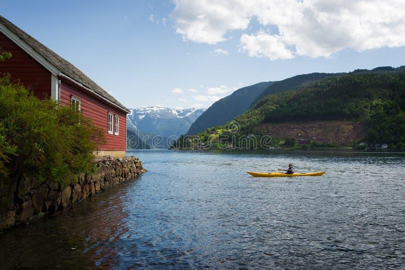 Kayaking de fjord in Noorwegen stock afbeelding