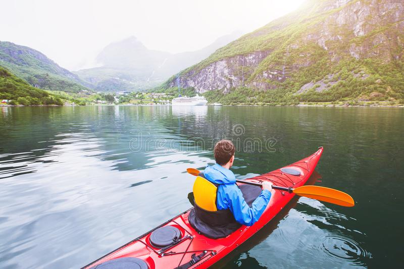 Kayaking in de fjord van Noorwegen stock fotografie