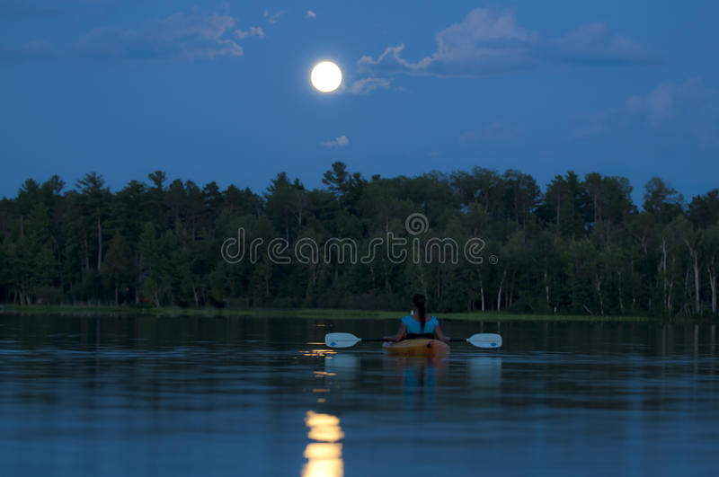 Kayaking de minuit photographie stock libre de droits