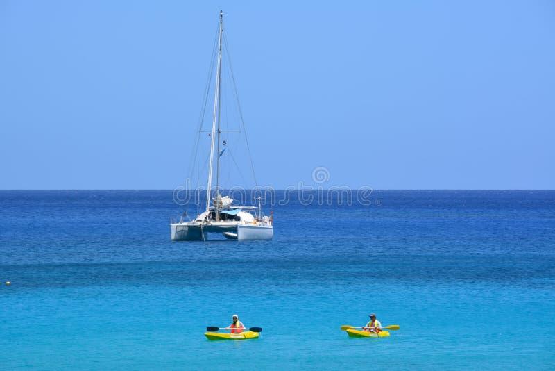 Kayaking in de Stille Oceaan stock fotografie