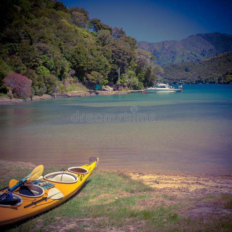Kayaking em sons de Marlborough foto de stock royalty free