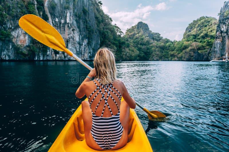 Kayaking en el EL Nido, Palawan, Filipinas foto de archivo