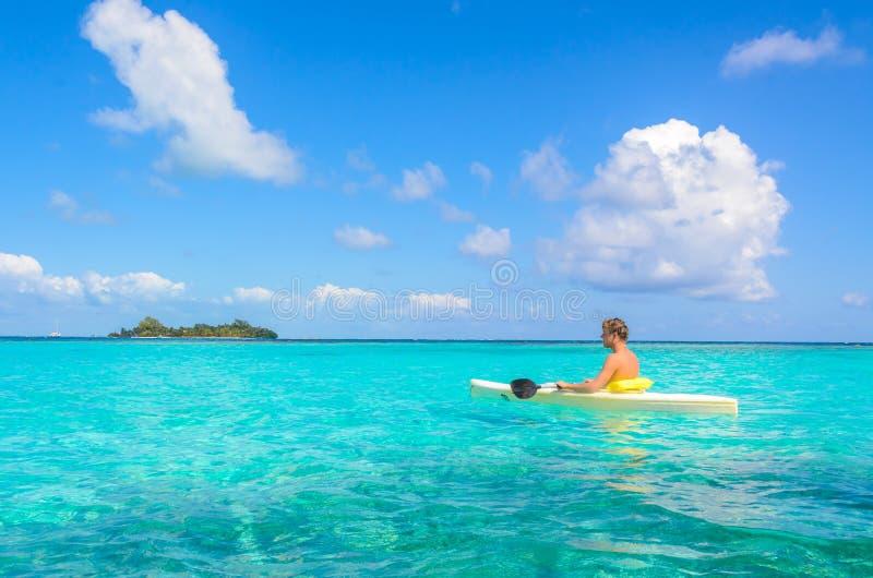 Kayaking en el para?so tropical - canoa que flota en el agua transparente de la turquesa, mar del Caribe, Belice, islas de Cayes imagenes de archivo