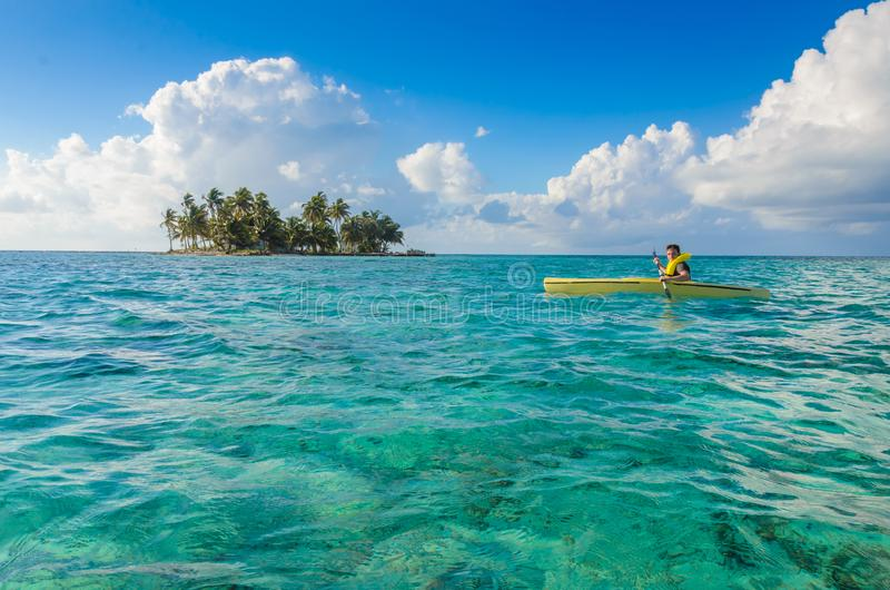 Kayaking en el para?so tropical - canoa que flota en el agua transparente de la turquesa, mar del Caribe, Belice, islas de Cayes imagen de archivo libre de regalías