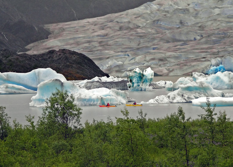 Kayaking entre as geleiras imagem de stock royalty free