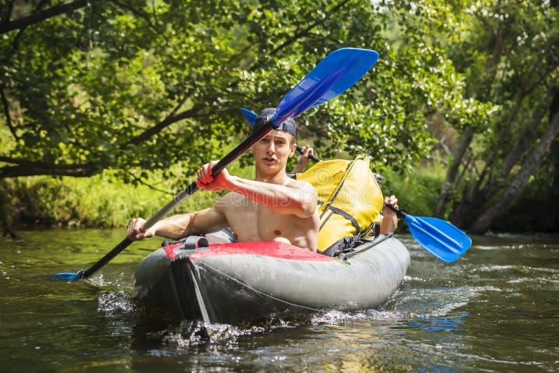 kayaking flod royaltyfria bilder