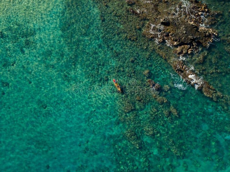 Kayaking in het mooie wintertalings oceaanwater royalty-vrije stock foto