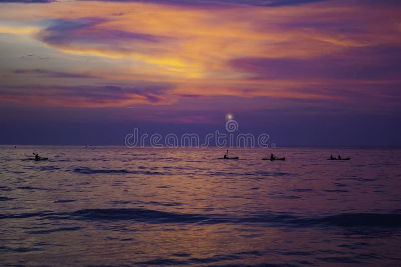 Kayaking i gryningen, solnedgång över Stilla havet arkivbilder
