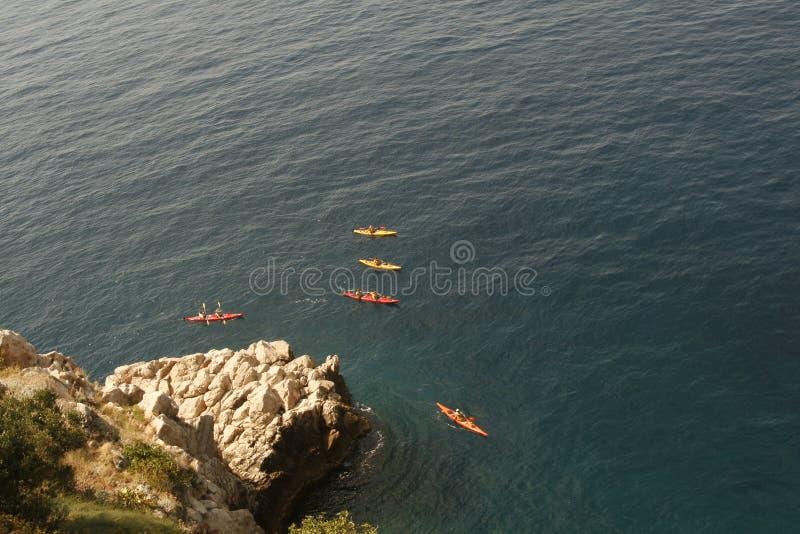 Kayaking im Meer stockfoto