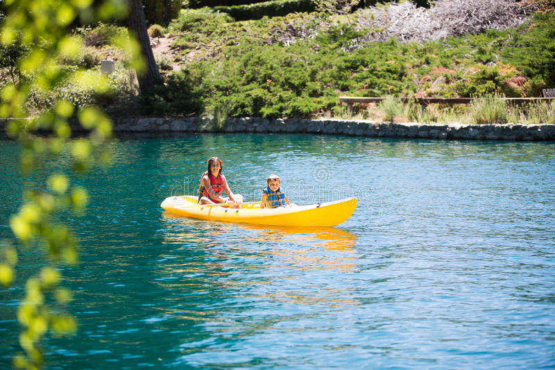 Kayaking Kinder lizenzfreie stockfotografie