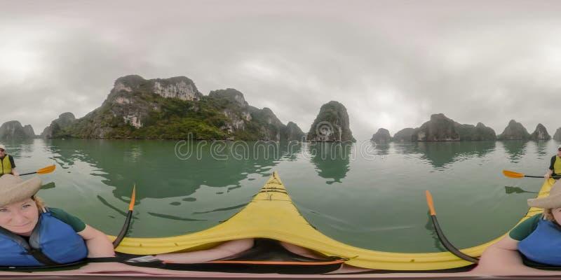 Kayaking lång fjärd Vietnam för mummel arkivfoto