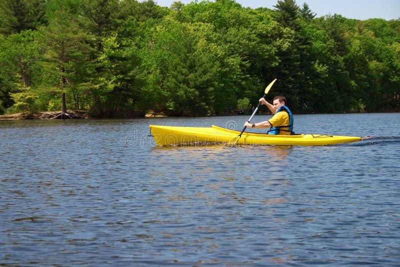 kayaking man arkivfoto