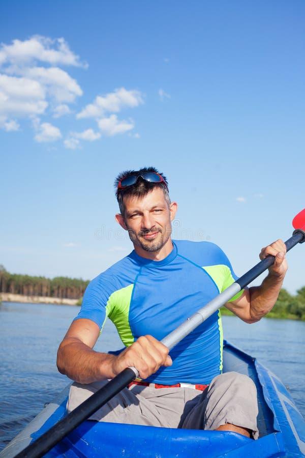 kayaking manbarn royaltyfri foto