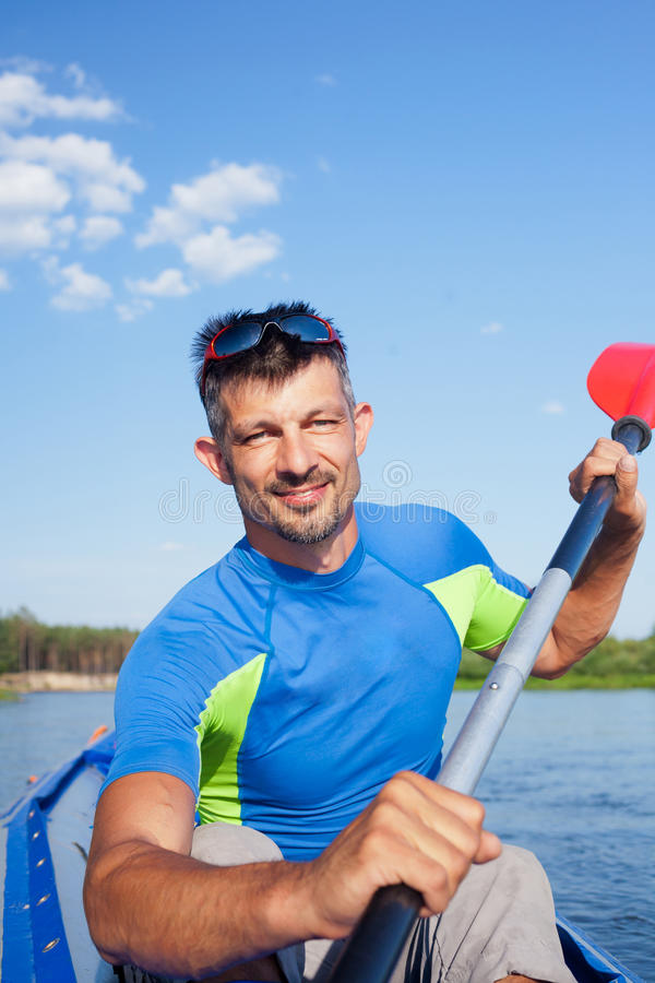 kayaking manbarn fotografering för bildbyråer