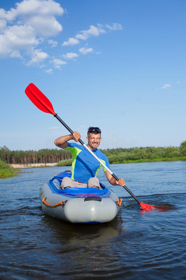 kayaking manbarn arkivbild