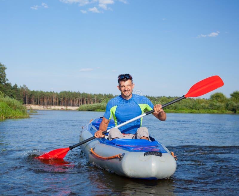 kayaking manbarn arkivbilder