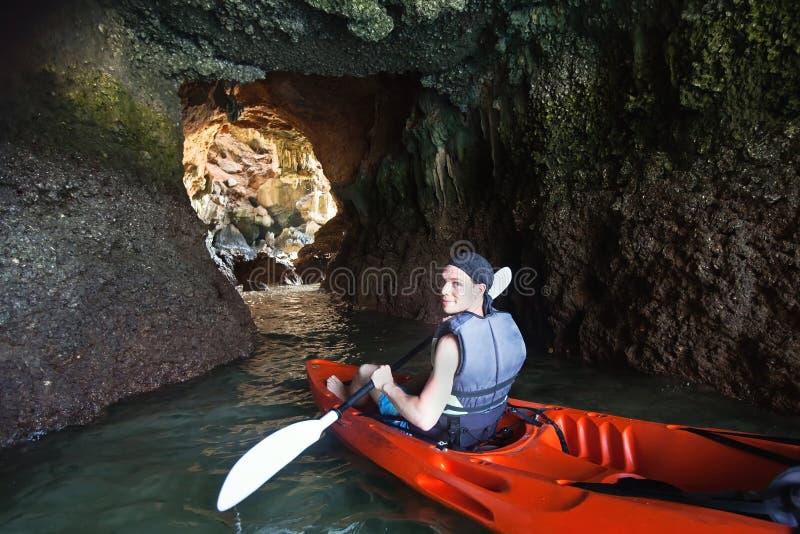 Kayaking na caverna fotos de stock
