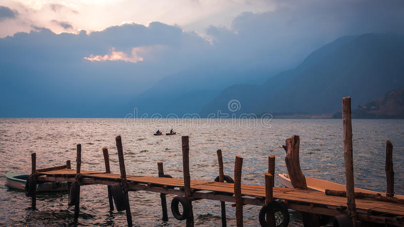 Kayaking na Jeziornym Atitlan w Gwatemala przy zmierzchem zdjęcie royalty free