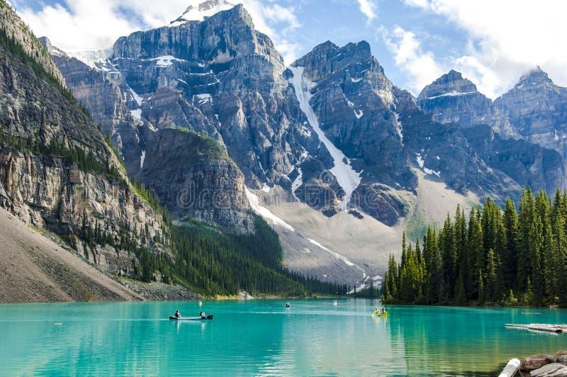Kayaking na Morena jeziorze, Kanada zdjęcie stock
