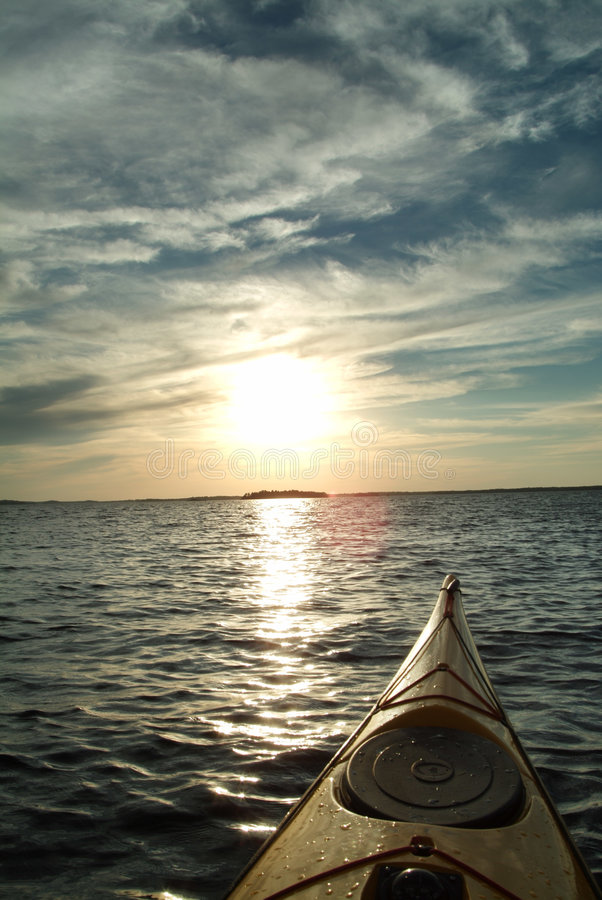 Kayaking nel tramonto immagini stock libere da diritti