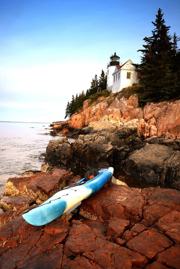 Kayaking no parque nacional do acadia em Maine ao lado de um farol fotos de stock royalty free
