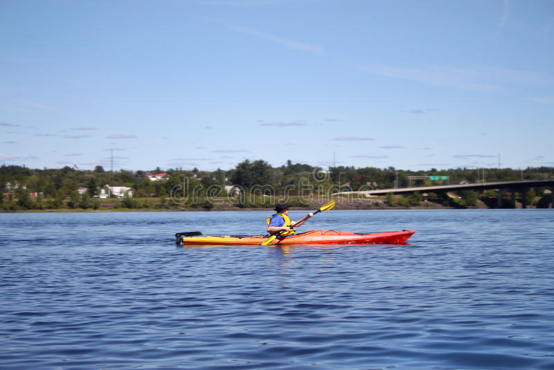 Kayaking no rio em Fredericton imagens de stock