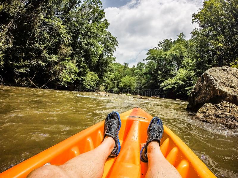 Kayaking no rio largo nas montanhas imagem de stock