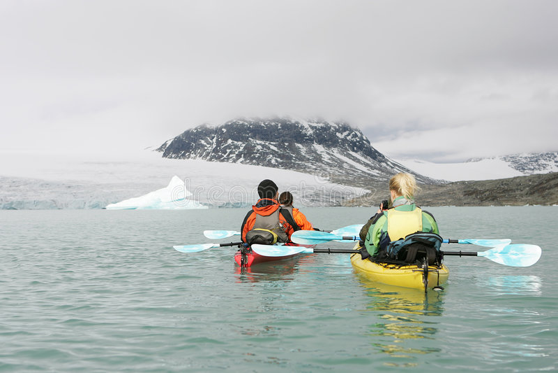 Kayaking in Noorwegen royalty-vrije stock foto's