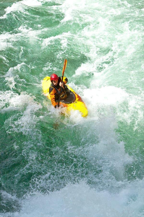 Kayaking in Norwegen lizenzfreie stockfotos