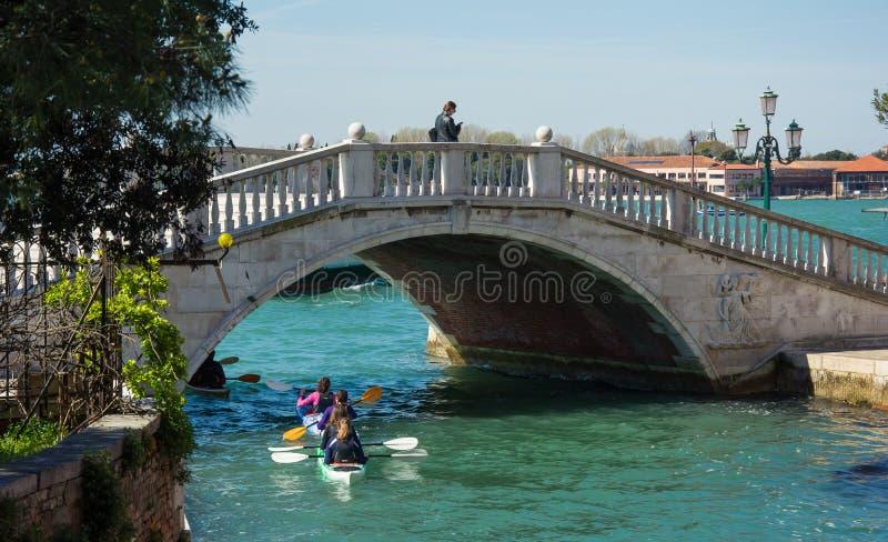 Kayaking onder één van velen brug in Venetië iataly royalty-vrije stock afbeeldingen