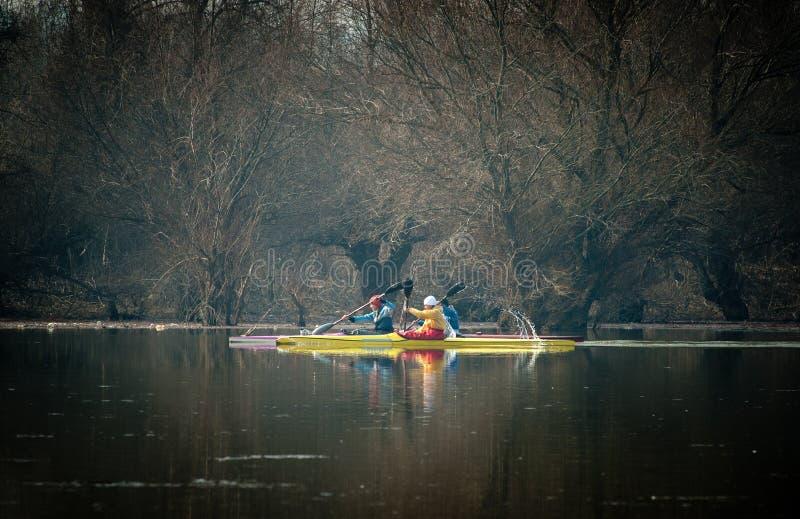 Kayaking op de rivier royalty-vrije stock foto's