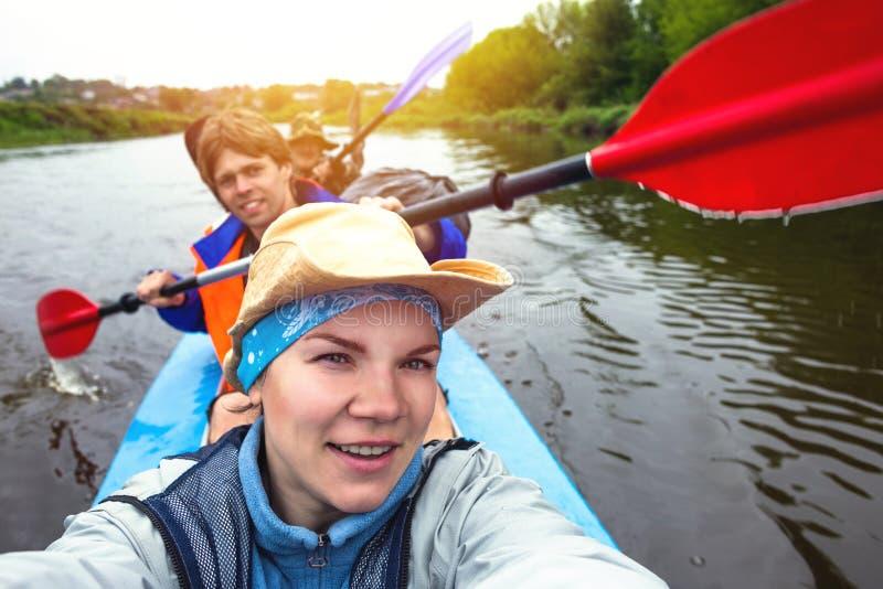 Kayaking på den härliga naturen på den soliga dagen för sommar Sportfolk som har gyckel royaltyfri foto