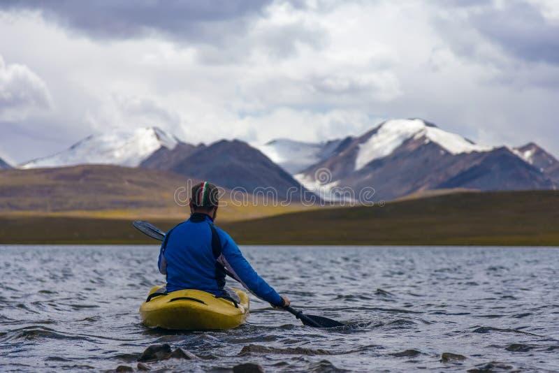 Kayaking på en sjö för högt berg royaltyfria foton