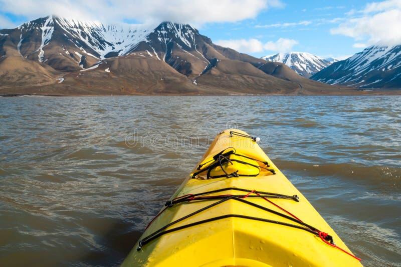 Kayaking på havet i Svalbard, första personsikt royaltyfria foton