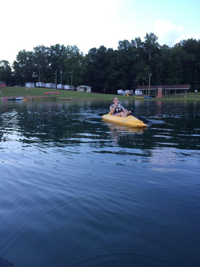 Kayaking på lägret royaltyfri foto