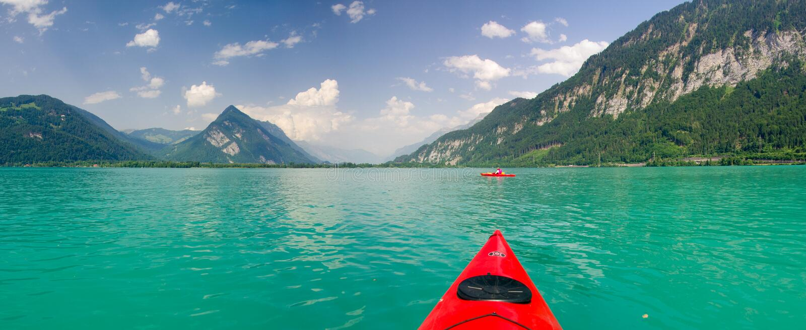 Kayaking på Thunersee royaltyfria bilder