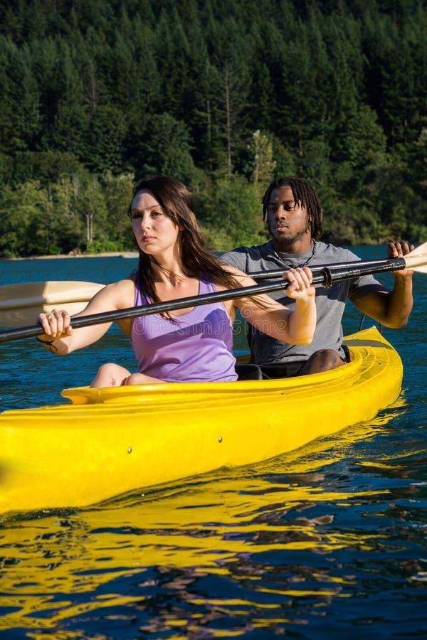 Kayaking par för Lake arkivbilder