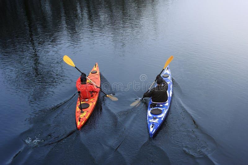 Kayaking pour deux hommes sur le kayak rouge sur la rivière images libres de droits