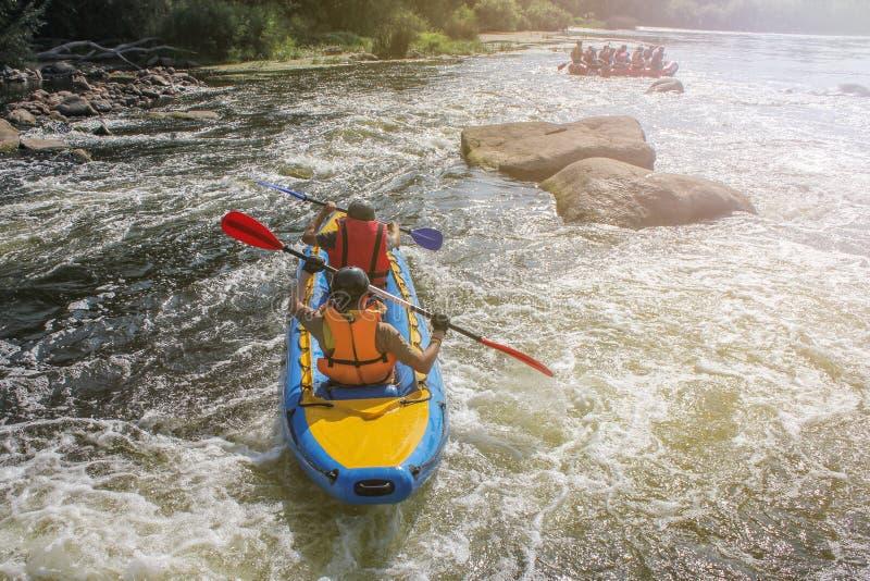 Kayaking pour deux hommes sur le sport de rivière, d'extrémité et d'amusement à l'attraction touristique photos libres de droits