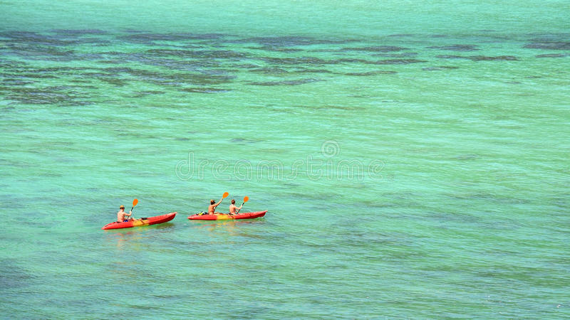 Kayaking sur la mer d'Andaman en cristal de turquoise chez Koh Lipe images stock