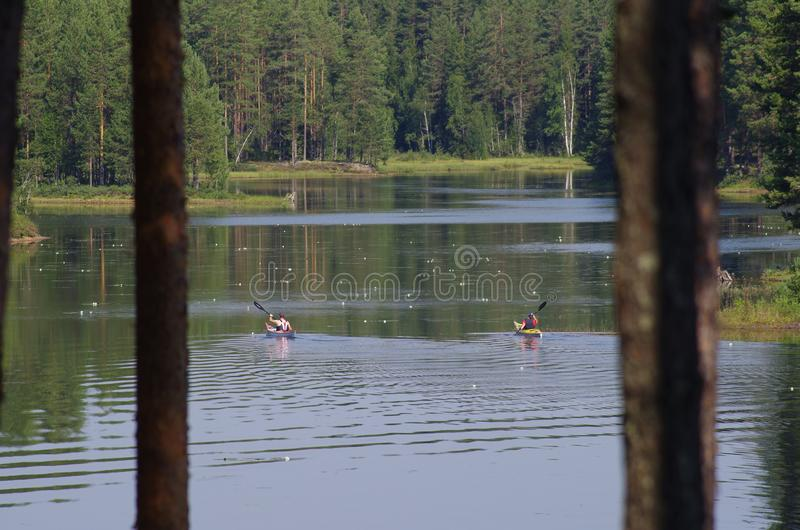 Kayaking sur un beau lac photos stock