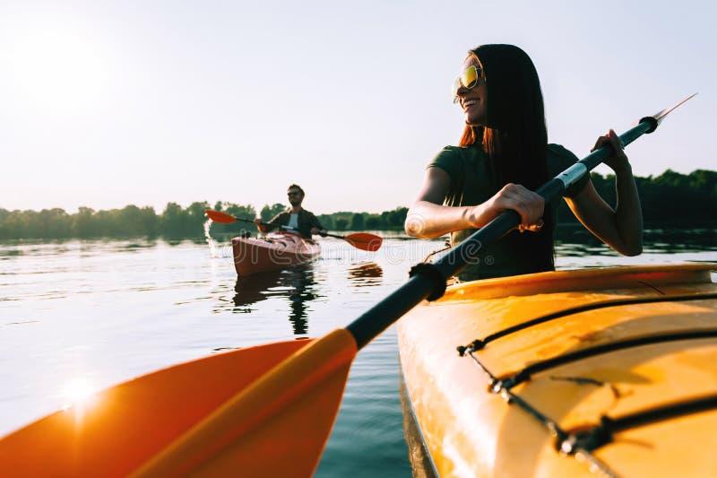 Kayaking tillsammans royaltyfri foto