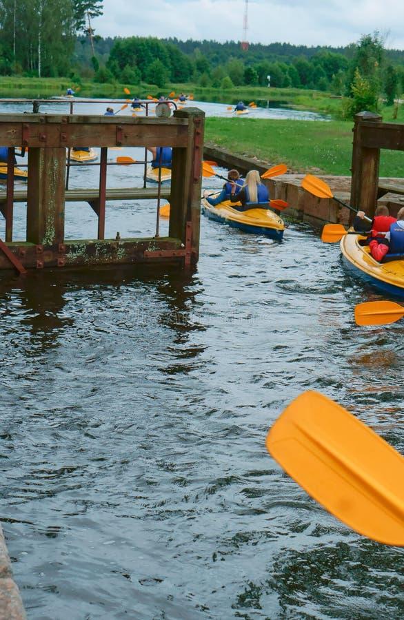 Kayaking a través de la entrada, muchos kayakers participan en las aleaciones foto de archivo