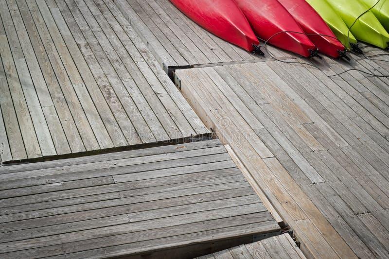 Kayaks alignés sur des quais en bois photo stock