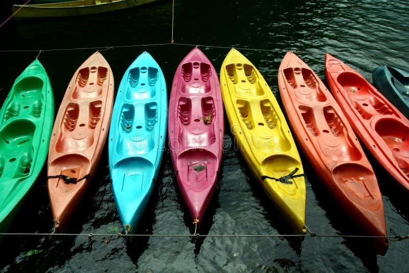 Kayaks colorés dans Bulusan Volcano Lake Park naturelle photographie stock libre de droits
