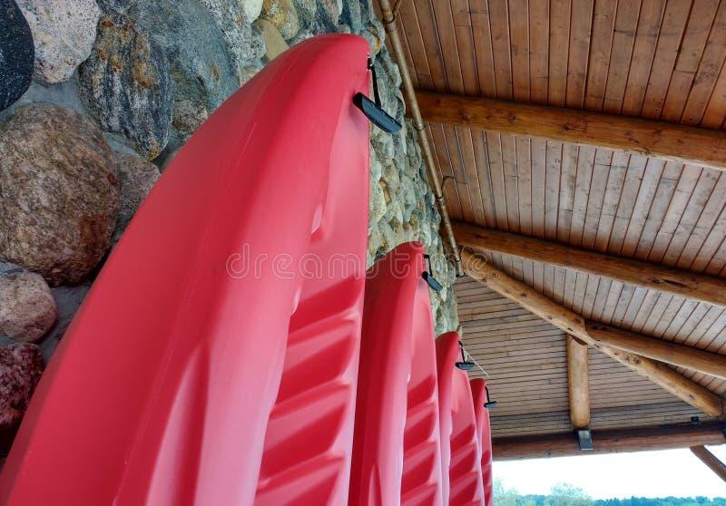 Kayaks contre un mur de roche image stock