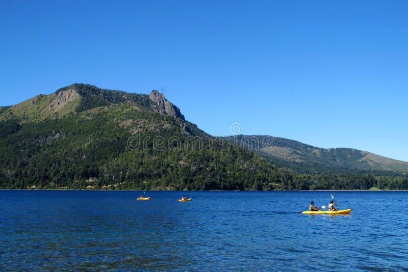 Kayaks dans un lac dans les montagnes photographie stock