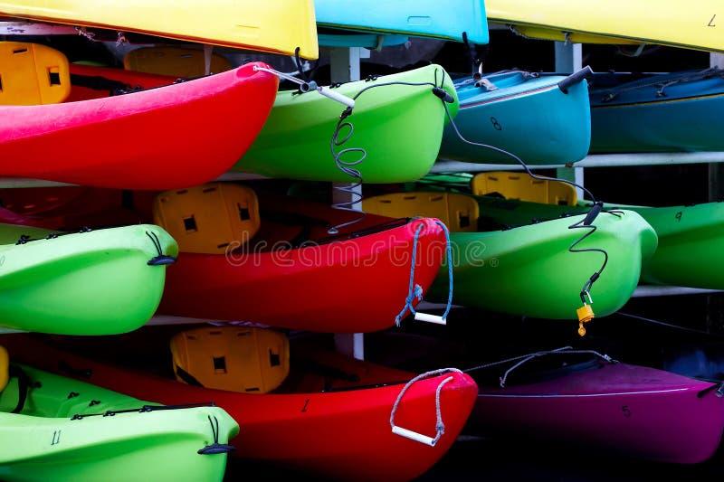 Kayaks de location multicolores photographie stock